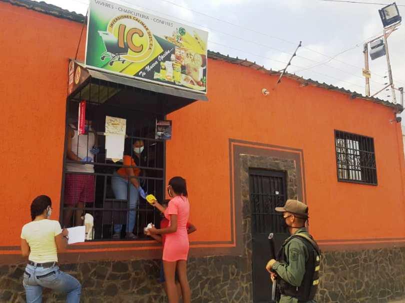 En zonas populares los comerciantes están atendiendo a la ciudadanía